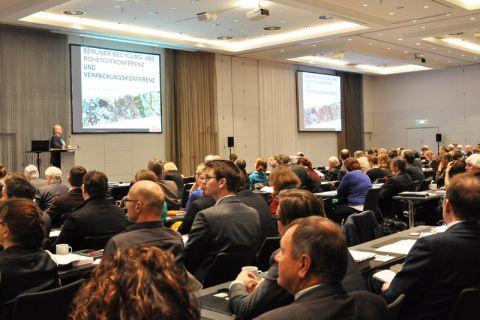 Bei der Berliner Recyclingkonferenz - hier der Vortrag von Karl-Friedrich Falkenberg, Generaldirektor des Bereichs Umwelt der EU-Kommission, aus dem vergangenen Jahr - wird auch der europäische Blickwinkel berücksichtigt. Foto: Archiv