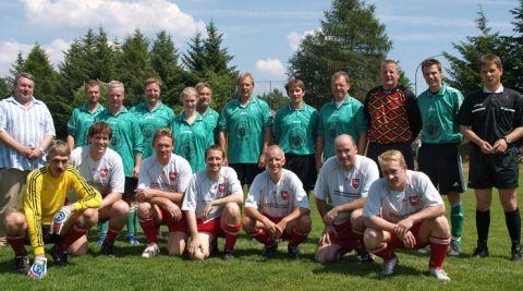 Freundschaftlich verbunden: die Fußballteams der Clausthaler Hochschulbediensteten (grüne Trikots) sowie des Wissenschaftsministeriums aus Hannover.