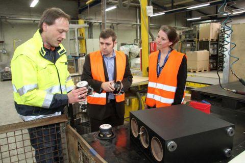 Maik Bergamos (Electrocycling GmbH), Sebastian Thümmel (Lautsprecher Teufel) und Diplom-Ingenieurin Sabrina Schwarz (TU Clausthal) wollen Seltene Erden aus Lautsprecher-Boxen recyceln. Foto: Schlegel