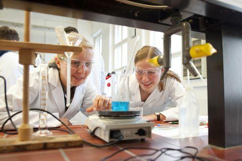 Die Gymnasiastinnen Chiara (16) und Maj-Britt (17) bereiteten sich an der TU Clausthal auf die Chemie-Olympiade vor. Foto: Ernst