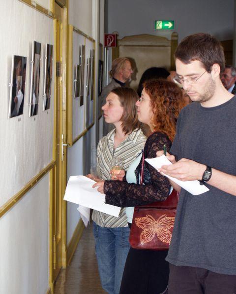 Interessierte Besucher der Ausstellung bei der Eröffnung am 30. Juni im TU-Hauptgebäude.
