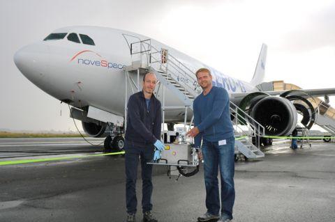 Professor Jens Günster (TU Clausthal/BAM) und Thomas Mühler (rechts), Doktorand an der TU Clausthal, bringen das Equipment für die Parabelflug-Experimente an Bord des Flugzeuges im französischen Bordeaux. Foto: BAM