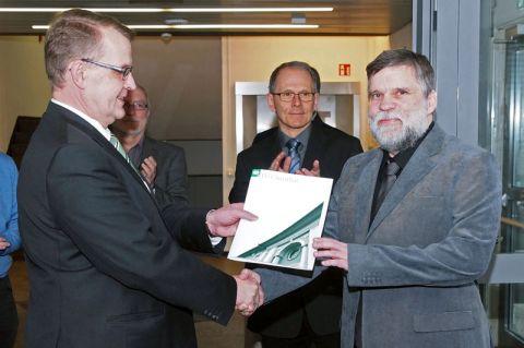 Privatdozent Dr. Johannes Brasche (rechts) nimmt die Betrauungsurkunde vom Dekan der Fakultät für Mathematik/Informatik und Maschinenbau, Professor Volker Wesling, entgegen. Foto: Hoffmann