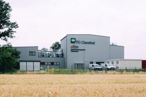 Die Forschungsanlage Drilling Simulator der TU Clausthal ist in Celle in der Nachbarschaft zur Bohrindustrie angesiedelt. Foto: Kreutzmann