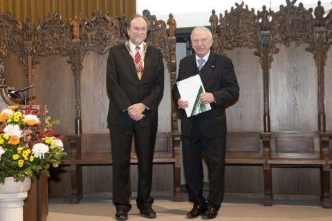 Professor Gerhard Kreysa (rechts) hat von Universitätspräsident Professor Thomas Hanschke die Urkunde überreicht bekommen. Foto: Bruchmann