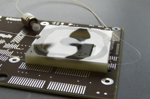 Ein optisches Siegel schützt einen Chip, der auf einer sensiblen Elektronikplatine eines Satelliten montiert ist, vor unerlaubtem Zugriff. Foto: Institut
