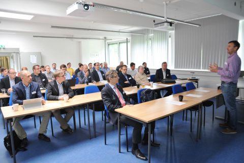 Um die digitale Innovationskraft in der Region voranzubringen, setzt Professor Andreas Rausch (rechts) auf das Projekt Digitalisierungslabor. Wissenschaftler entwickeln darin mit Wirtschaftsvertretern neue IT-Lösungen. Foto: Ernst