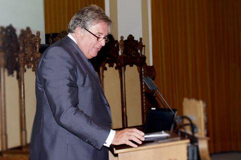 Der Unternehmer und TU-Alumnus Dr. Jürgen Großmann, der die Perspektive des Redners in der Clausthaler Aula bereits aus früheren Veranstaltungen kennt, bringt sich in das Symposium am 31. Mai ein. Foto: Ernst