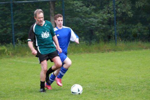 Routinier Herbert Stiller (l.) mischte beim Turnier in Bremen in jedem Clausthaler Spiel mit und hängte nicht selten die jüngere Konkurrenz ab.