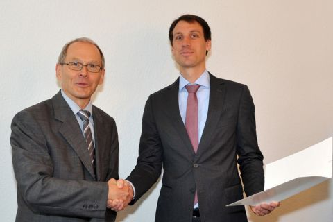 Dr. Tobias Elwert (rechts) hat seine Ernennungsurkunde zum Juniorprofessor vom hauptberuflichen Vizepräsidenten der TU Clausthal, Dr. Georg Frischmann, erhalten. Foto: Ernst