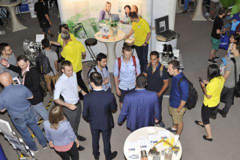 In lockerer Atmosphäre: Gespräche zwischen Clausthaler Studierenden und Firmenvertretern. Foto: Ernst