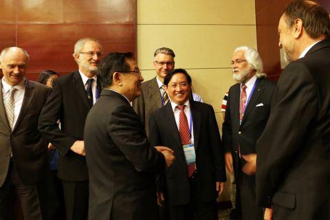 """Minister Wan Gang (3. von links) inmitten von Clausthaler Professoren und Unternehmern bei der Gründung des """"Vereins Chinesischer Alumni der TU Clausthal"""" im vergangenen Juni in Peking."""