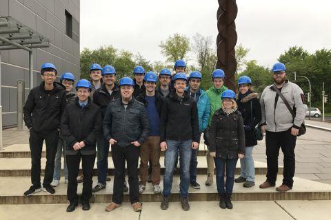 """Clausthaler Studierende und wissenschaftliche Mitarbeiter besichtigten als """"Blauhelme"""" das Werk der Salzgitter Flachstahl GmbH. Foto: IASOR"""