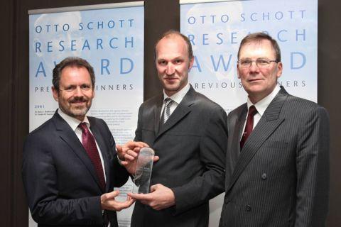 Der Clausthaler Professor Joachim Deubener (M.) bekommt in Maastricht den hochrangigen Preis von Dr. Hans-Joachim Konz (l.), Vorstandsmitglied der Schott AG, und Professor Reinhard Conradt (Laudator) überreicht. (Foto: Schott AG)