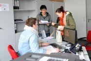 Niklas Vogel (links) kümmert sich als studentische Hilfskraft im Rahmen des Projektes ServicePoint um die Anliegen von Studierenden. Foto: Ernst