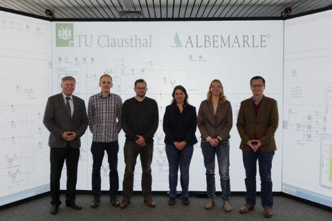 Die Projektbeteiligten im Virtual-Reality-Labor des Instituts (von links): Professor Uwe Bracht, Thomas Krüger, Marco Seewaldt, Lara Isfort, Jenny Friedrichs und Dr. Rolf Sanders. Foto: IMAB