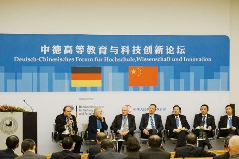 Clausthals Uni-Präsident Professor Thomas Hanschke (l.) spricht auf dem Deutsch-Chinesischen Forum in Berlin. Bei der Diskussion dabei ist auch Professor Xie Heping (Sichuan Universität, 3.v.r), der Ehrendoktor der TU Clausthal ist. Foto: FU