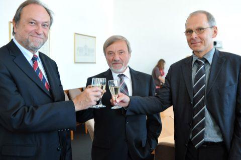 Dieter Holste inmitten von Universitätspräsident Professor Thomas Hanschke (links) und dem hauptberuflichen Vizepräsidenten Dr. Georg Frischmann. Foto: Ernst