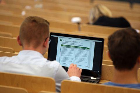 Seit 14. Juli läuft online eine Befragung der Clausthaler Studierenden. Wer mitmacht, kann Preise wie zum Beispiel ein IPad Air gewinnen. Foto: Möldner