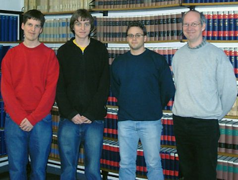 (v.l.): Die Gymnasiasten Alexander Wolff und Daniel Zaremba, sowie Markus Topp und PD Dr. Andreas Schmidt  von der TU Clausthal in der Bibliothek des Instituts für Organische Chemie