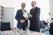 Professor Alfons Esderts (links) erhält von Universitätspräsident Professor Thomas Hanschke die Urkunde für 25 Dienstjahre. Foto: Bruchmann