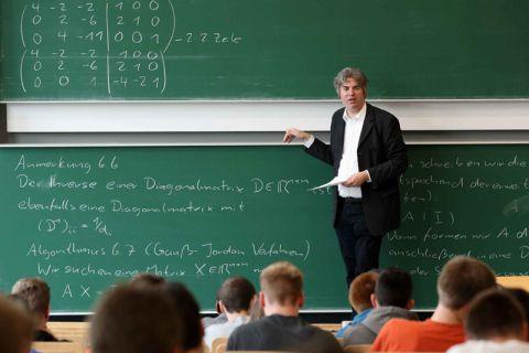 Professor Olaf Ippisch, Direktor des Clausthaler Instituts für Mathematik, bringt sich in den neuen Bachelor-Studiengang Wirtschafts-/Technomathematik ein. Foto: Möldner