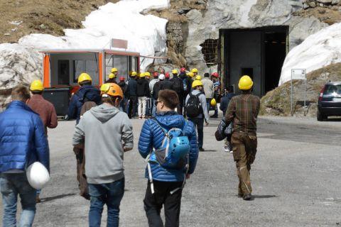 Die angehenden Bergbau-Ingenieure der TU Clausthal auf dem Weg in die ehemalige Festungsanlage am St. Gotthard. Foto: Institut