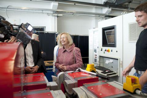Interessierte sich auch für Details: Bundesforschungsministerin Johanna Wanka im Clausthaler Zentrum für Materialtechnik. Foto: Ernst