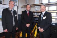 Vor einem terrestrischen Radar-Scanner haben sich die Professoren (v. l.) Wolfgang Busch, Thomas Hanschke und Hans-Joachim Kümpel versammelt.