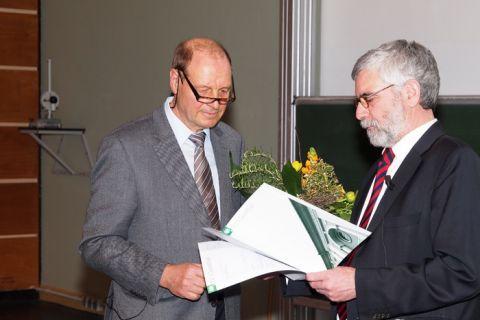 Nach 45 Jahren an der TU Clausthal ist Professor Friedrich Balck (li.) vor 150 Gästen im Großen Physik-Hörsaal verabschiedet worden. Eine entsprechende Urkunde der Universität erhielt er von Professor Wolfgang Schade. Foto: Ernst