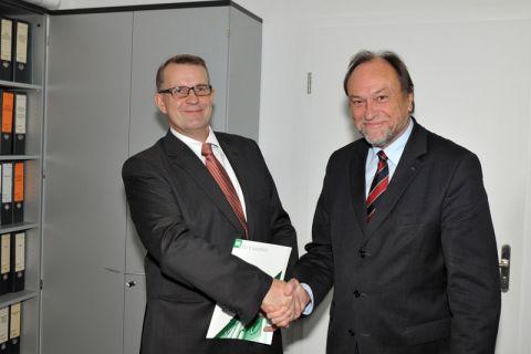 Professor Volker Wesling (links) erhält von Universitätspräsident Professor Thomas Hanschke die Urkunde für 25 Dienstjahre. Foto: Ernst