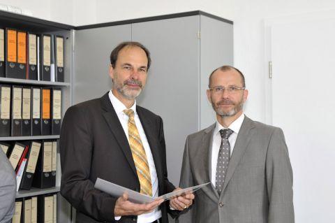Dr. Thomas Spies (links) hat von Professor Gunther Brenner, TU-Vizepräsident für Studium und Lehre, die Urkunde entgegen genommen. Foto: Lena Hoffmann