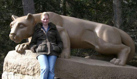 Die Clausthaler Diplom-Ingenieurin Carina Oelgardt steht vor dem Wahrzeichen der amerikanischen Penn State University, dem Nittany Lion.