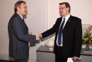 Privatdozent Harald Schmidt (l.) bekommt von Professor Volker Wesling, Vizepräsident der TU Clausthal für Forschung und Technologietransfer, die Urkunde überreicht.