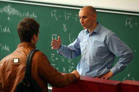 Immer ein offenes Ohr für die Fragen der Studierenden: Professor Stefan Hartmann im Anschluss an eine Vorlesung zur Technischen Mechanik.    Foto: Möldner