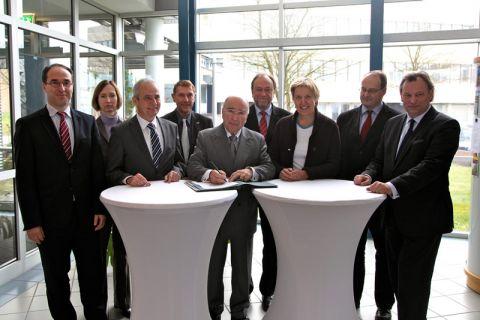 Neun Partner - darunter die TU Clausthal mit Universitätspräsident Professor Thomas Hanschke (4.v.r.) und das CUTEC-Institut mit Professor Martin Faulstich (r.) - beteiligen sich an der neuen Initiative. Foto: IZH