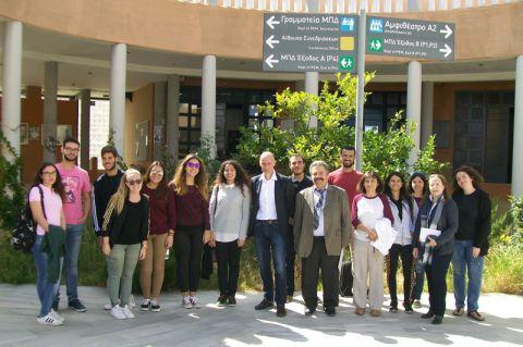 TUC meets TUC: Professor Stefan Hartmann von der TU Clausthal (abgekürzt TUC) inmitten von Studierenden und Beschäftigten der Technical University of Crete, deren Abkürzung ebenfalls TUC lautet. Foto: privat