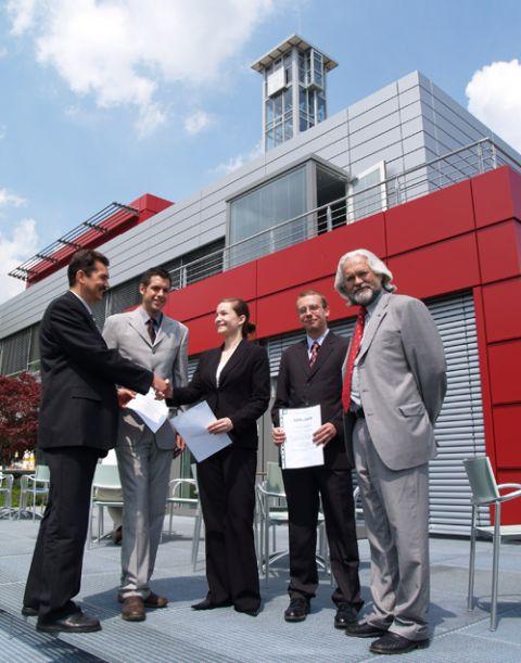 Die Seminarsieger erhalten ihre Urkunden auf der Terasse des Pulverhaus; <br>v.l.n.r. Prof. Dr. Wolfgang Pfau, Thorsten Kuckuck, Joyce Clark, Kay Mootz und Stephan Röthele