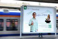 Plakatwerbung für ein Studium an der TU Clausthal auf dem Bahnhof in Kassel.