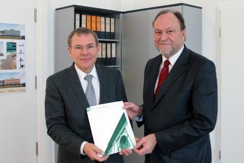 Professor Otto Carlowitz (links) nimmt die Dankurkunde von Universitätspräsident Professor Thomas Hanschke entgegen. Foto: Lena Hoffmann