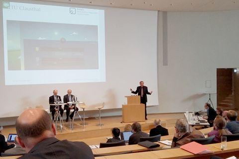 Professor Roland Menges stellte das Clausthaler Verbundprojekt zur Akzeptanzforschung in einem Hörsaal im Schloss Herrenhausen vor. Foto: Projekt
