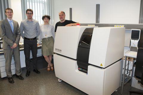 Freuen sich über den neuen Computer-Tomograph (von links): Dr. Henning Wiche, Dr. René Gustus, Dr. Georgia Sourkouni-Argirusi und Professor Wolfgang Maus-Friedrichs. Foto: Ernst