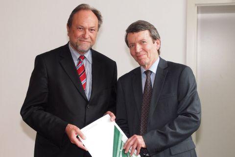 Dr. Gerald Lange (rechts) bekam die Abschiedsurkunde von Universitätspräsident Professor Thomas Hanschke im Großen Bergmännischen Hörsaal überreicht.