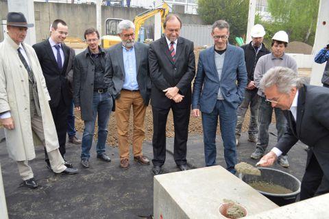 Dr. Jochen Stöbich legt den Grundstein für das neue Testzentrum. Der Unternehmer investiert rund 1,8 Millionen Euro in den Bau des Gebäudes. Foto: Juhrs