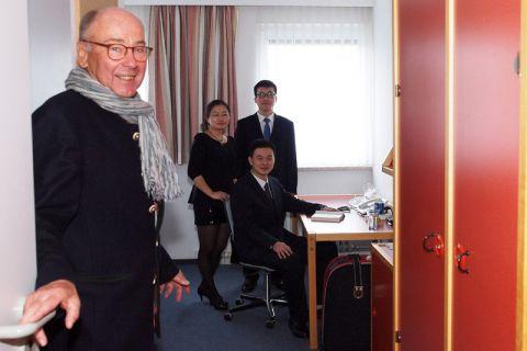 """Peter Weihe, Vorsitzender des Vereins """"pro Goslar"""", zeigte den chinesischen Studierenden die Apartments."""