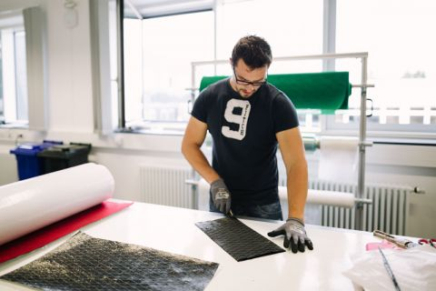 """Forscher des Clausthaler Instituts für Polymerwerkstoffe und Kunststofftechnik bringen sich in das Projekt """"Flexible Technologien für die Produktion individualisierter CFK-Strukturen"""" ein. Foto: Kreutzmann"""