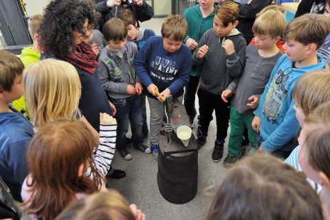 Lässt sich ein Gummibonbon mit dem Hammer zerteilen? Die Viertklässler machten die Probe aufs Exempel. Foto: Ernst