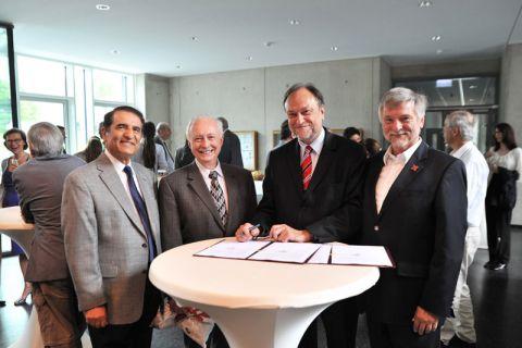 Unterzeichnung der Vereinbarung (von links): die Professoren Hamid Vakilzadian, Jerry Hudgins (beide University of Nebraska-Lincoln), Thomas Hanschke (Universitätspräsident TU Clausthal) und Dietmar Möller. Foto: Ernst