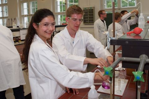 """Schülerinnen und Schüler """"trainierten"""" im Institut für Anorganische und Analytische Chemie für die Chemie-Olympiade 2016. Foto: Brühl"""