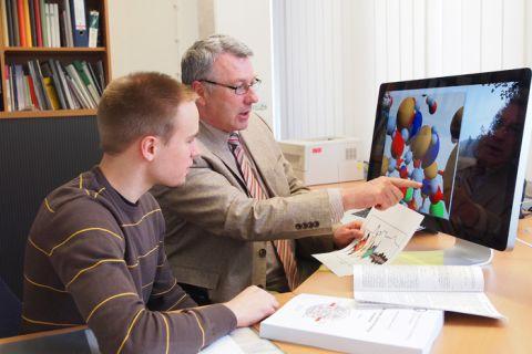 Professor Peter Blöchl, Leiter des Clausthaler Instituts für Theoretische Physik, erläutert Student Philipp Seichter eine Simulation am Bildschirm. Foto: Ernst